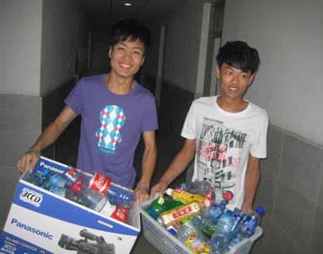 收集矿泉水瓶 废物再利用环保活动