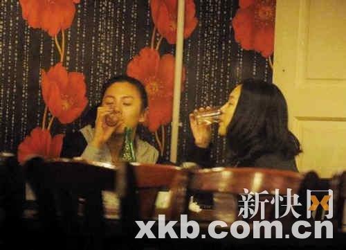前晚张雨绮被拍到和经纪人在北京借酒浇愁