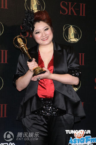 刘晓忆夺金钟迷你影集最佳女配角奖 大秀奖杯