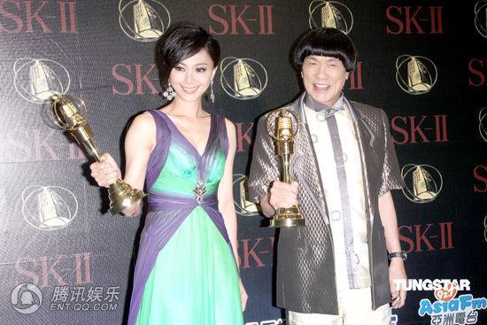 侯怡君(左)与猪哥亮获综艺节目主持人奖